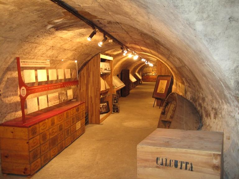 Couloir d'une des caves avec la muséographie, c'est un parcours qu'il faut suivre à l'aide d'un plan