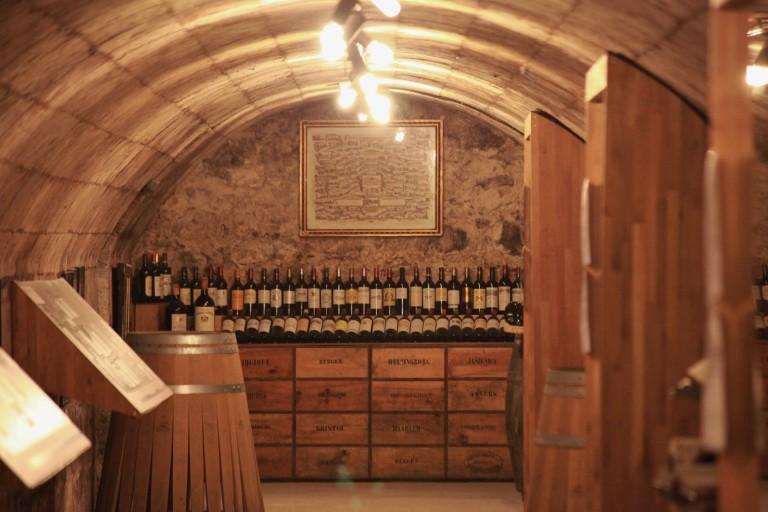 Au fond d'une des cave du musée, on peut découvrir des dizaines de vielles bouteilles de vin exposées
